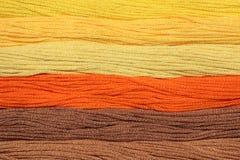 Des fils multicolores de coton pour la broderie sont arrangés dans une rangée Images libres de droits