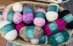 Des fils s'appellent de longs, continus, tordus fils ou fibres utilisés dans l'industrie textile pour le tissage, la couture, le  Photos stock