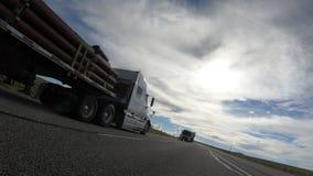 Des Flachbetts LKW-Durchlauf halb