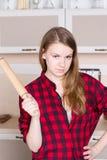 Des Fließenhaares des Mädchens das lange Hemd der roten Männer mit einem Nudelholz in der Küche Lizenzfreies Stockbild