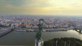Des Freiheitsstatuen mit den Skylinen von Budapest am Hintergrund herum fliegen stock video