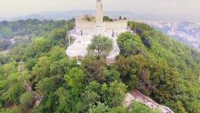 Des Freiheitsstatuen mit den Skylinen von Budapest am Hintergrund herum fliegen stock footage
