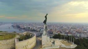 Des Freiheitsstatuen mit den Skylinen von Budapest am Hintergrund herum fliegen Budapest, Ungarn - Luftgesamtlänge 4K an stock video