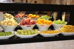 Des fruits et légumes sont coupés par des morceaux Images libres de droits