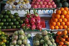 Des fruits et légumes sont vendus sur un marché en Hue (Vietnam) Image stock