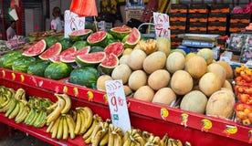 Des fruits frais et les légumes sont vendus au marché libre de Carmel à Tel Aviv, Israël March? est Vente de carcade photos stock