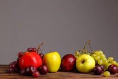Des fruits sur une table en bois sont alignés dans une rangée Image libre de droits
