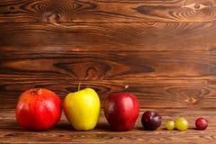 Des fruits sur une table en bois sont alignés dans une rangée Images libres de droits