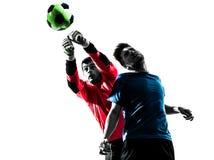 Des Fußballspieler-Torhüters mit zwei Männern Überschrifts-Ball competiti lochendes stockbild