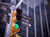 Des Gelbverkehrs NYC Wall Street Schwarzzeigerführer O des grünen Lichtes stockfotos