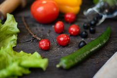 Des Gem?ses Leben noch Der Prozess des Kochens des Gem?sesalats lizenzfreies stockfoto