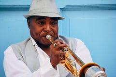 Des gens du pays jouant la trompette à La Havane, Cuba photographie stock