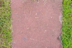 Des grünen Grases des Einsatzes Ziegelsteinboden fast Stockfotografie