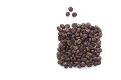 Des graines de café sont mises par un rectangle et un gra trois Images stock