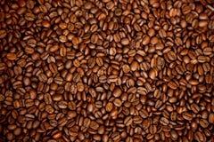 Des grains de café bruns rôtis, peuvent être employés comme fond et texte Photos stock
