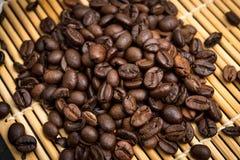 Des grains de café rôtis, peuvent être utilisés comme fond Image stock