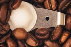 Des grains de café rôtis sont rectifiés dans une broyeur de café Photographie stock libre de droits