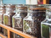 Des grains de café sont sélectionnés pour que des consommateurs décident de leurs saveurs préférées photo libre de droits