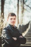Des gutaussehenden Mannes Porträt draußen Autumn Colors Stockfoto