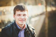 Des gutaussehenden Mannes Porträt draußen Autumn Colors Stockfotografie