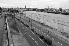 Des hangars ont été construits au bord de la rivière la Loire à Nantes (les Frances) Image libre de droits