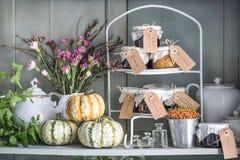 Des Herbstes Leben noch Kürbise, Minze, trockene Blumen, Heide, Nelken, Gläser mit der Aufwartung und alte Teller stockbilder