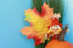 Des Herbstes Leben noch mit Blatt, Vogelscheuche, Kürbis Lizenzfreies Stockbild