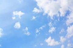 Des Himmels und weißer Wolken der Zusammenfassung und stockbild
