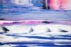 Des Hintergrund-Acrylfarben-abgehobenen Betrages der Wasserfallfarbbeschaffenheit blauer rosa weißer grauer Farbenkontrast stockfotos