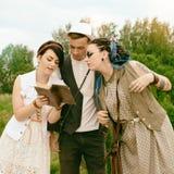 Des hippies de type et de filles sont engagés dans l'autodéveloppement par le livre a Photos libres de droits