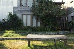 Des Holzstuhlstands gesetzte, sunshiny und grüne Gläser im Freien lizenzfreies stockbild