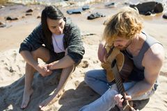 Des hommes ci-dessus jouant la guitare Photo stock