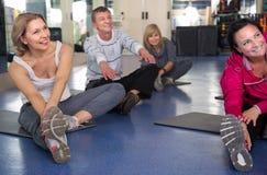 Des hommes et les femmes mûrs sont engagés sur le tapis dans le gymnase Photo libre de droits