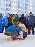 Des hommes sont engagés dans le combat dans des vêtements nationaux de Nenets Image libre de droits