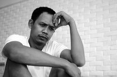Des hommes sont soumis ? une contrainte photo libre de droits