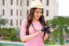 Des im Freien lächelndes Lebensstilporträt Sommers der hübschen jungen Frau, die Spaß in der Stadt auf asiatisch hat stockbild