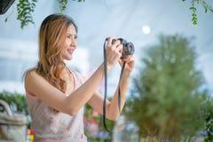 Des im Freien lächelndes Lebensstilporträt Sommers der recht jungen Frau Lizenzfreies Stockfoto