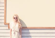 Des im Freien schöne junge blonde Frau sinnlichen Mode-Porträts des Sommers eines weißen Kleides in der Sonnenbrille auf der Stra Stockfotografie