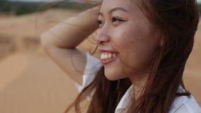 Des im Freien Schlaghaar Wüsten-Winds des Asiatinlächelns stock video footage