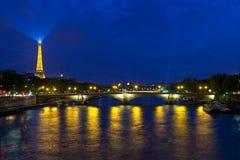 DES Invalides e a torre Eiffel de Pont em Paris Imagem de Stock Royalty Free