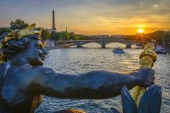 Des Invalides и Эйфелева башня Pont на заходе солнца Стоковые Фото