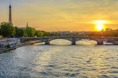 Des Invalides и Эйфелева башня Pont на заходе солнца Стоковые Изображения