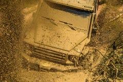 Des Jeeps Abenteuer draußen Weg vom Straßensport-LKW zwischen Gebirgslandschaft Dragracingauto brennt Gummi extrem off stockbilder
