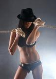 Des jeunes et un brunette sexy dans la lingerie érotique noire Photos libres de droits