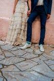 Des jeunes mariés de couples de hippie avec des chaussettes géniales colorées et une robe de mariage de cru images stock