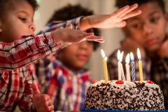 Des Jungen überreichen die Kerze des Kuchens Stockfotos