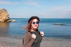 Des jungen Mädchens des Reisenden Meer an Land Lizenzfreies Stockbild