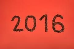 2016 des Kaffees auf rotem Hintergrund Lizenzfreie Stockfotografie