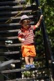 Des Kleinkindes Treppe unten Stockfoto