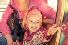 Des Lächeln-Konzeptes des glücklichen schönes Kindermädchens begrüßende glückliche Kindheit, die in den rosa Farben begrüßt lizenzfreie stockfotos